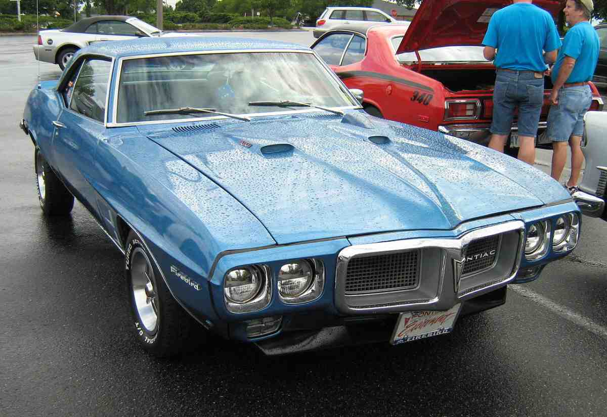 1969 Pontiac Firebird 400 Coupe vs 1969 Dodge Charger RT SE