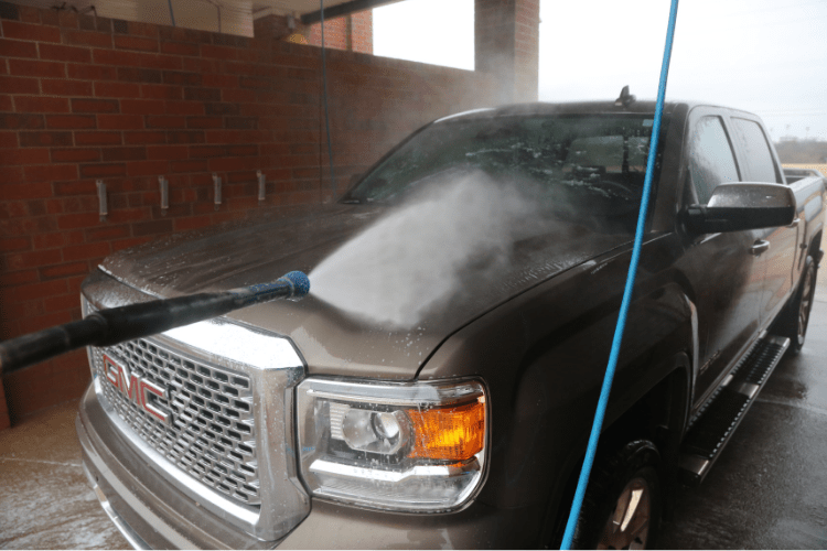 Next, we rinsed the entire truck. We are only applying the sealant to a couple of panels so we can show the results, but you need to rinse the entire car before moving to the application process.