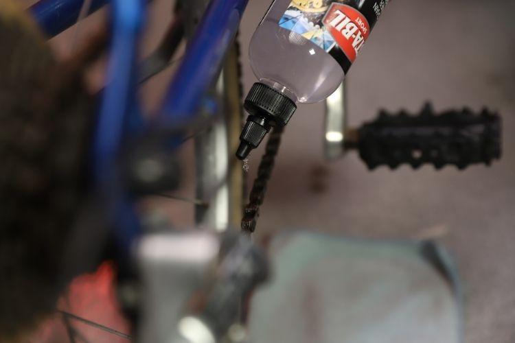 22406 sta bil bike chain cleaner lubricant application close up min