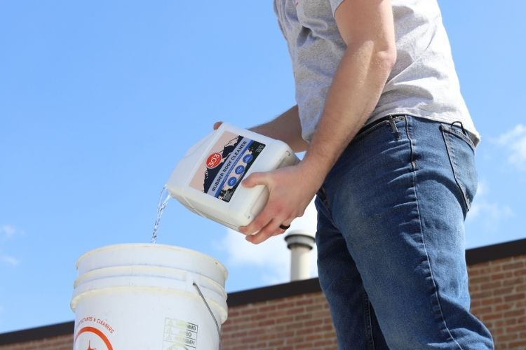 30239 303 rubber roof cleaner pouring min